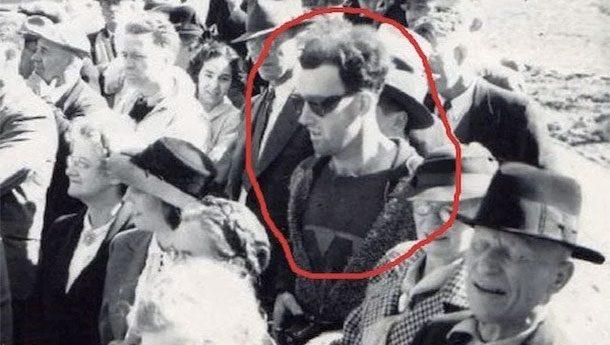 Путешественник во времени Пожалуй, самая известная фотография такого рода. Загадочный мужчина был снят в Канаде в 1941 году… Но посмотрите на него внимательно! Лого на футболке, модные очки, да еще и миникамера в руках — настоящий путешественник во времени!