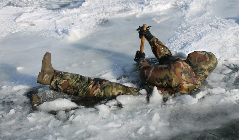 Положение тела Если размеры полыньи позволяют, раскидывайте в стороны руки и ноги. Так вы избежите опасности погрузиться сразу и с головой, что очень опасно. Тяжелые ботинки (по возможности) лучше скинуть, иначе они утянут вас на дно.