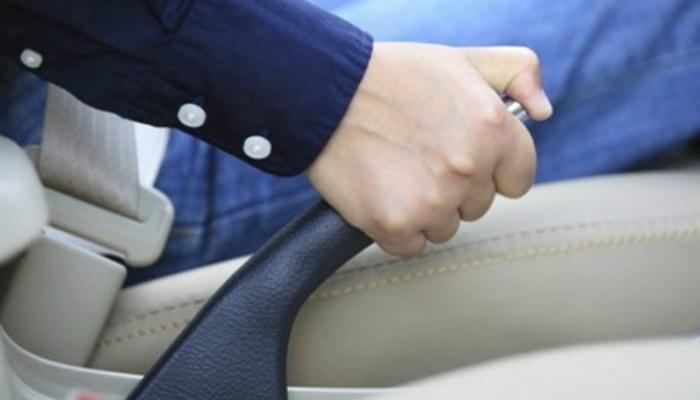 Ручной тормоз Игнорировать ручной тормоз при парковке тоже не стоит. Не подвергайте двигатель и редуктор лишним нагрузкам: при парковке перейдите на нейтральную передачу и дерните ручной тормоз.
