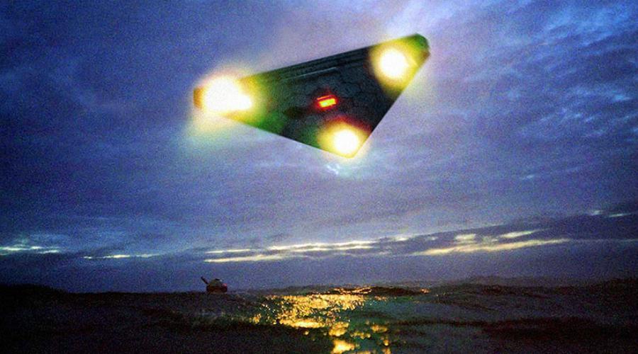 Невероятная скорость Независимые источники рапортуют о превышении TR-3B Astra звукового порога в целых 9 раз. Кроме того, необычная форма и встроенный генератор магнитного поля позволяют машине двигаться как горизонтально, так и вертикально. По центру TR-3B Astra расположены маневровые ракетные двигатели.