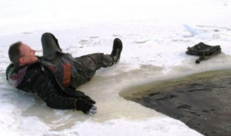 Как вылезать Закидывайте руки на лед, как можно дальше. Не забывайте глубоко дышать, это очень важно. Цепляться за лед пальцами и ногтями бесполезно, не тратьте драгоценное время. Опирайтесь на лед локтями, одновременно энергично отталкивая себя ногами от воды. Старайтесь закинуть на лед согнутую в колене ногу — это путь к спасению. Выбрались? Перекатывайтесь подальше от воды, вставайте и бегите на берег.
