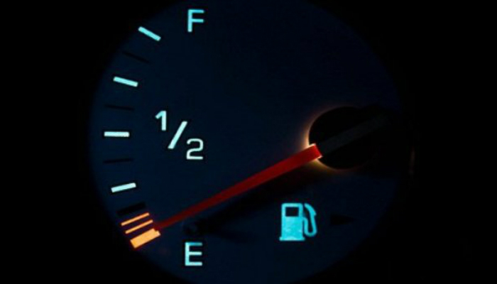 Ждать пустого бака Не стоит ждать, пока бак опустеет, чтобы заправиться. Это вредно для всех систем автомобиля: в пустом бензобаке на стенках собирается осадок, а грязь из фильтра попадает в топливный насос, затрудняя поступление топлива в двигатель.