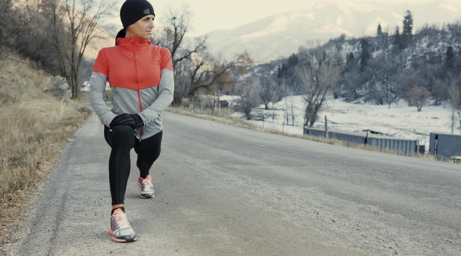 Темп и количество тренировок Попытка повысить выносливость и силу зимними пробежками приводит к печальным результатам. Организм в холоде изнашивается очень быстро, вам ведь не это нужно? Бегайте не чаще двух раз в неделю. Не берите высокий темп, это лишнее. Тренировки зимой должны сделать вас более здоровым, а вовсе не истощить.