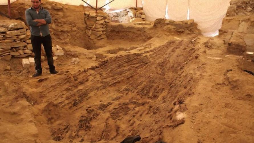 Судно фараона В январе 2016 года в египетском некрополе Абусир, глубоко в песках Сахары археологи обнаружили древнюю погребальную ладью, на борту который покоился обычный крестьянин. Кем был этот человек, удостоенный почестей погребального обряда фараонов?
