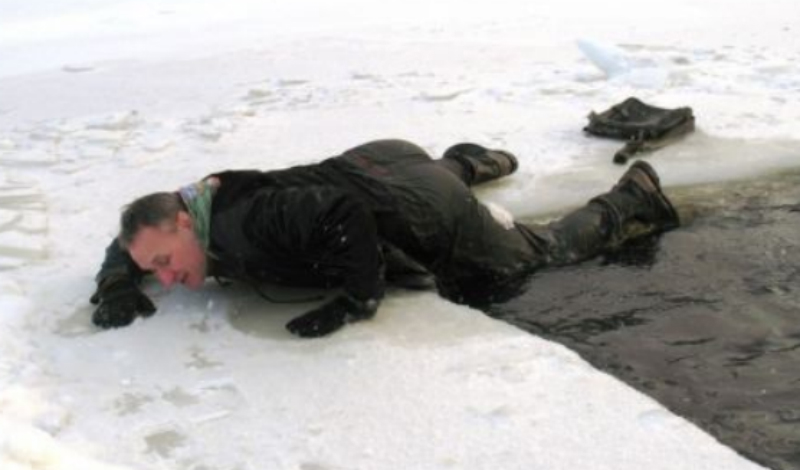Как выбраться из полыньи по тонкому льду