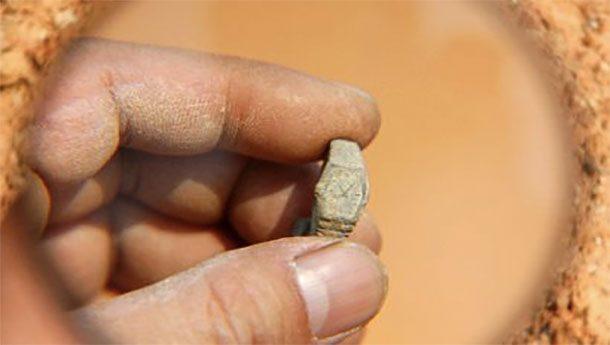 Золотые часы В 2008 году группа китайских исследователей обнаружила золотые механические часы при раскопках античной гробницы. Анализ установил, что изделие и в самом деле пролежало в земле несколько тысяч лет. Как такое вообще возможно не понимает никто.