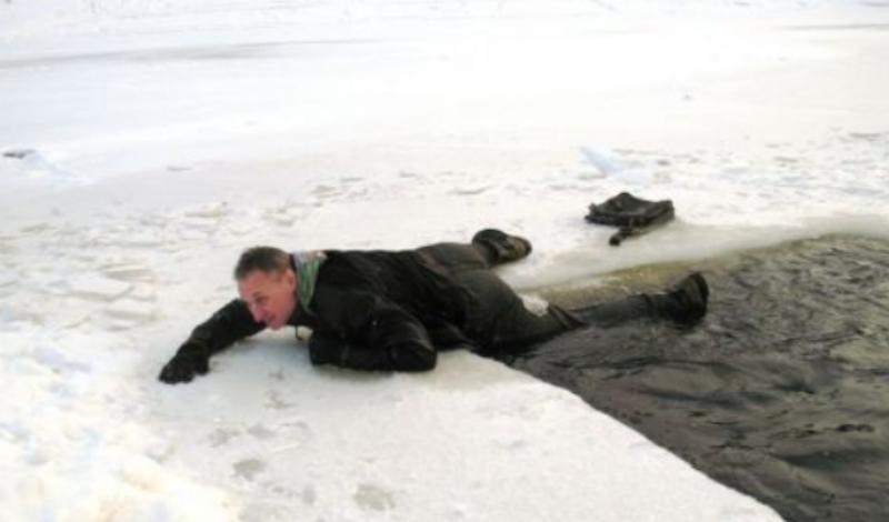 Опасное течение Взяли себя в руки? Отлично. Поймите, куда влечет вас течение и старайтесь выбираться к противоположному краю полыньи. Иначе вас просто затянет под лед, откуда выбраться уже невозможно.