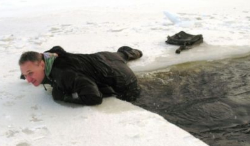 Самоконтроль Это первое, что нужно помнить. В ледяной воде нужно обязательно постараться прийти в себя как можно быстрее. Контроль дыхания очень важен: восстановите его и опасность просто захлебнуться водой будет уже не так близка.