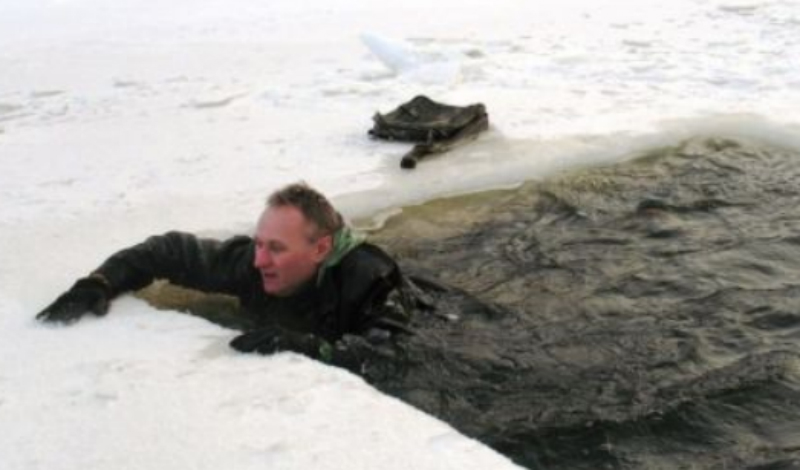 Что происходит Дыхание в ледяной воде перехватит моментально — температурный перепад и шок. Человека со слабым сердцем такое может и убить. Большинство гибнет из-за гипотермии: кровь отливает от конечностей к сердцу и мозгам, а вот руки и ноги перестают функционировать нормально.