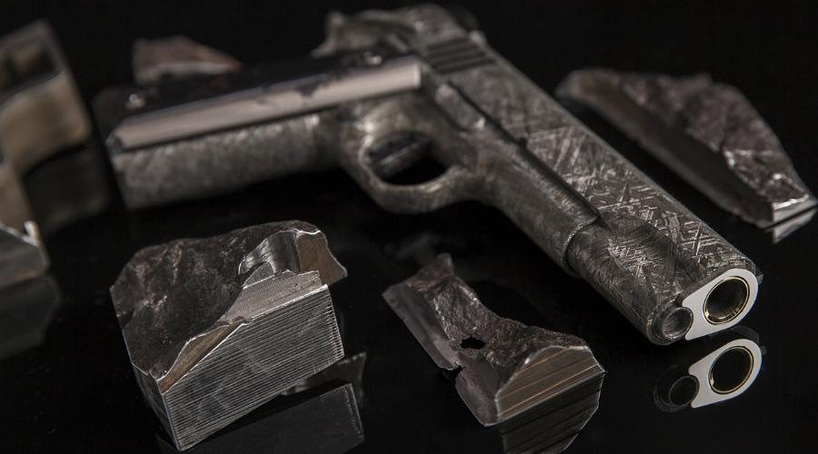 Пистолеты из метеорита Однако, одни из самых дорогих пистолетов нашей планеты и вовсе «инопланетные». Компания Cabot Gun сделала эти огнестрельны из остатков метеорита Гидеон, разбившегося на территории Намибии около 4 миллиардов лет назад. В 2015 году оружейники Cabot Gun собрали уникальную пару огнестрелов по образу легендарного Кольта 911 — купить их можно за какие-то 4,5 миллиона долларов.