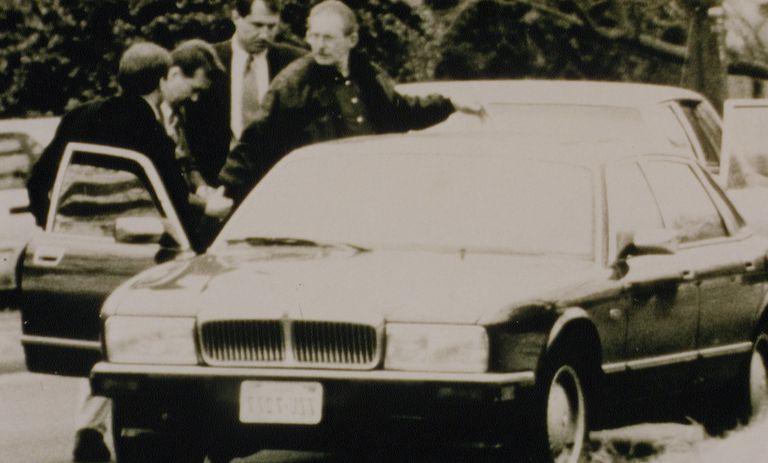 Круг Олдрича Эймса Арест Олдрича Эймса, заслуженного ветерана ЦРУ, стал для американской разведки настоящим ударом. Выяснилось, что целых тридцать лет один из ключевых агентов ЦРУ передавал Советскому Союзу имена и явки засланных в страну шпионов, тем самым обрекая их на мучительную смерть в застенках КГБ. Он делал это просто ради больших денег — русские заплатили более 4 миллионов долларов за последние два года работы в ЦРУ. Кроме того, Эймс подкупил обещаниями легкого заработка и других агентов, Роберта Хансена из ФБР и оборонного подрядчика Кристофера Бойса.
