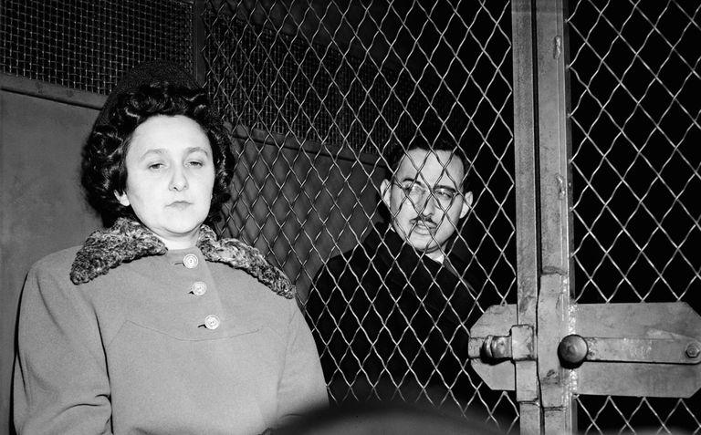 Дело Розенбергов Супружескую пару из Нью-Йорка, Этель и Юлиуса Розенбергов, обвинили в шпионаже на Советский Союз и показательно судили в 1951 году. Федеральные прокуроры утверждали, что Розенберги передали секретные разработки атомной бомбы Советам. Доказательная база была столь ничтожна, что в невиновность рядового инженера и его жены верила вся Америка. Тем не менее в 1953 году Розенбергов признали полностью виновными и казнили на электрическом стуле.