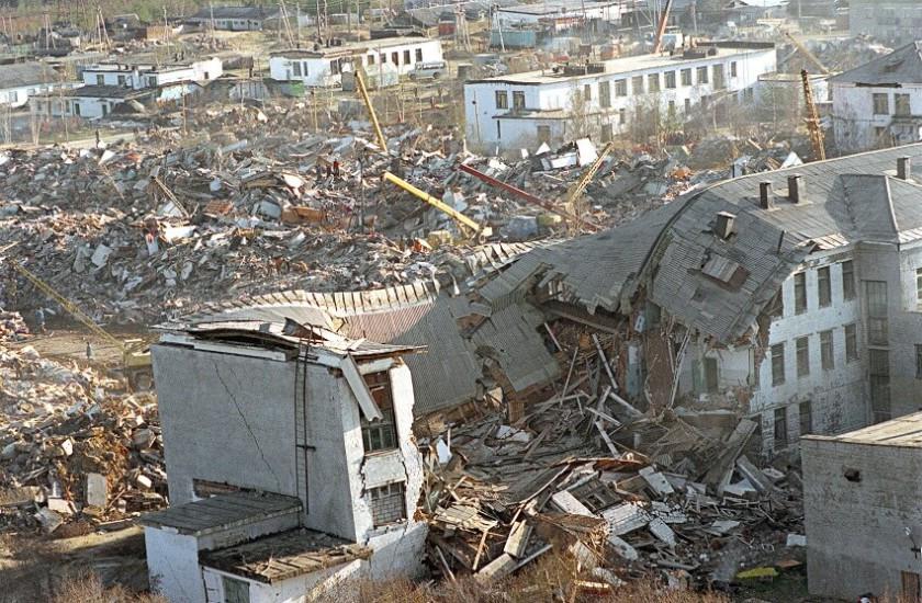Нефтегорск Ужасное землятресение 28 мая 1995 года буквально стерло Нефтегорск с лица Земли. 9-бальные толчки превратили десятки домов в руины, погибло 2040 человек. Сейчас здесь стоит лишь мрачный мемориальный знак.