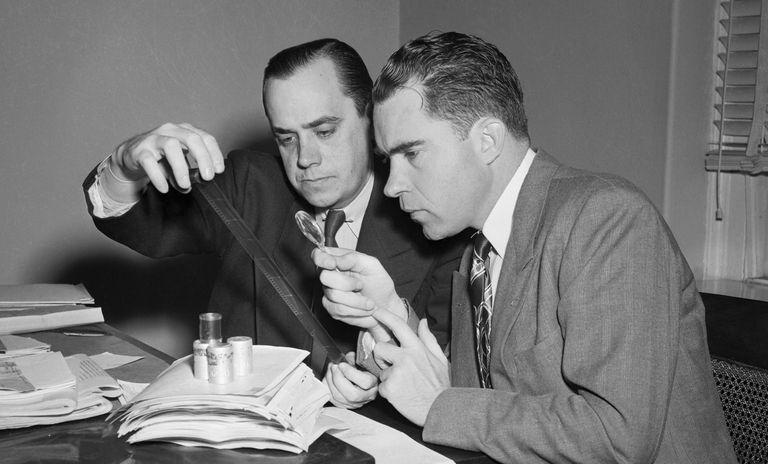 Тыквенный шпионаж Алджера Хисса Дело Алджера Хисса привело Ричарда Никсона к президентскому креслу. Именно он, тогда еще молодой конгрессмен, расследовал шпионскую историю о секретных микрофильмах, спрятанных Хиссом в пустой тыкве. Почти пойманный за руку Хисс, занимавший высокие внешнеполитические позиции в федеральном правительстве, опроверг обвинение, но это ему мало помогло. Суду удалось доказать, что на своей ферме в Мэриленде Алджер Хисс действительно устроил тайник и в течение многих лет передавал микрофильмы с государственными тайнами США в СССР.