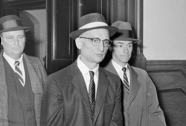 Полковник Рудольф Абель Абель много лет жил в Бруклине, управляя небольшой студией фотографии. Его соседи думали, что он обычный иммигрант, который пытается найти свою собственную американскую мечту. Поэтому арест фотографа стал настоящей сенсацией: по словам ФБР, Абель был не только советским шпионом, но и потенциальным саботажником, готовым нанести удар в случае войны. Абеля приговорили к электрическому стулу, но затем, в феврале 1962 года, обменяли на американского пилота Гэри Пауэрса.