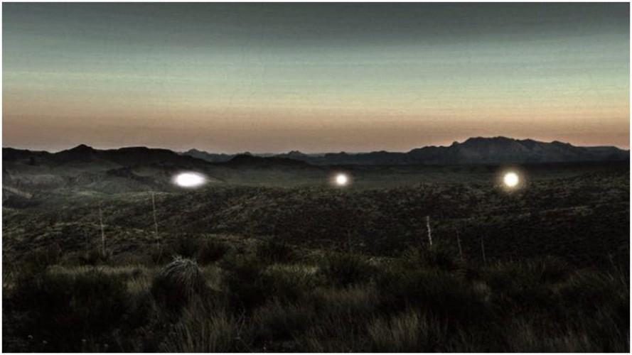 Загадочные огни Уже сотню лет жителей небольшого городка Транс-Пекос тревожат загадочные огни. Очевидцы описывают их как сферы разных цветов, парящие на небольшой высоте. Ученые полагают, что все дело в выбросах метана, но по сей день ничего кроме домыслов у науки нет.