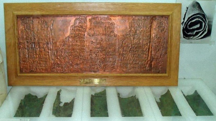 Карта сокровищ Так называемый Медный свиток — один из 981 текстов Мертвого моря, найденных археологами сравнительно недавно. В отличие от прочих документов, этот рассказывает не о библейских историях, а о сокровищах, запрятанных где-то в пустыне. Кто и когда его написал — загадка.