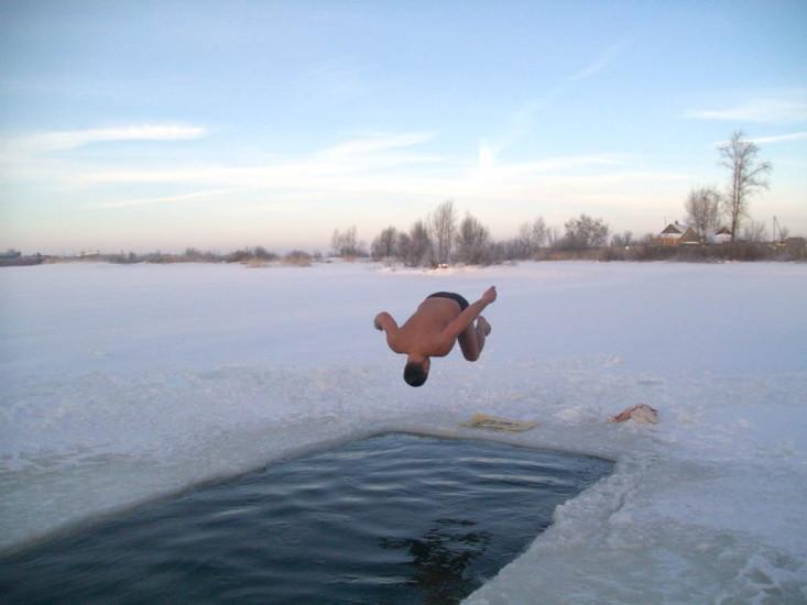 Купание в проруби Вопреки распространенному мнению, купаться в проруби зимой подходит не всем. Точнее, неподготовленному человеку заниматься этим и вовсе опасно: переохлаждение моментально вызывает температурный шок, от которого может наступить удушье. Воспаление внутренних органов и обморожение случаются очень часто.