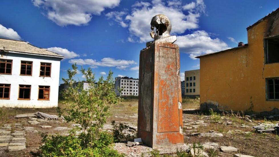 Кадыкчан С эвенского это название так и переводится, «Долина смерти». Во времена сталинских репрессий именно в Кадыкчан свозили узников со всей страны. После войны здесь добывали каменный уголь, шахты были почти не приспособлены для человека. Ужасно, но такое положение дел сохранилось до 1996 года, когда одна из шахт взорвалась. Все выработки были закрыты и город просто умер.
