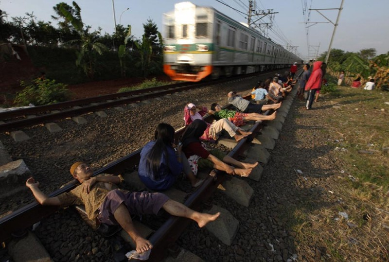 Рельстотрон Людям хоть немного думающим подобный способ излечения кажется полным бредом. Однако он довольно популярен в России, хотя и пришел к нам из Индии. Метод и в самом деле странный: люди ложатся на рельсы и ждут, пока по соседней ветке пройдет поезд. Считается, что когда по соседней ветке проходит поезд, рельсы, на которых лежат, наполняются слабым электрическим полем. В год погибает несколько сотен человек.