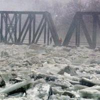 Посмотрите, что бывает при встрече циклона и реки. Невероятное зрелище!