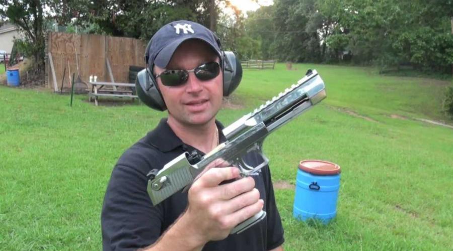 Desert Eagle 50 AE Не самый удобный, но зато один из самых знаменитых пистолетов мира. Несмотря на трепетную любовь главных героев боевиков, в реальном бою Desert Eagle солдаты почти не используют: отдача столь велика, что буквально выворачивает руку из сустава. А чего ждать, если дульная энергия «Пустынного Орла» такая же, как у АК-47 — 2000 Дж.
