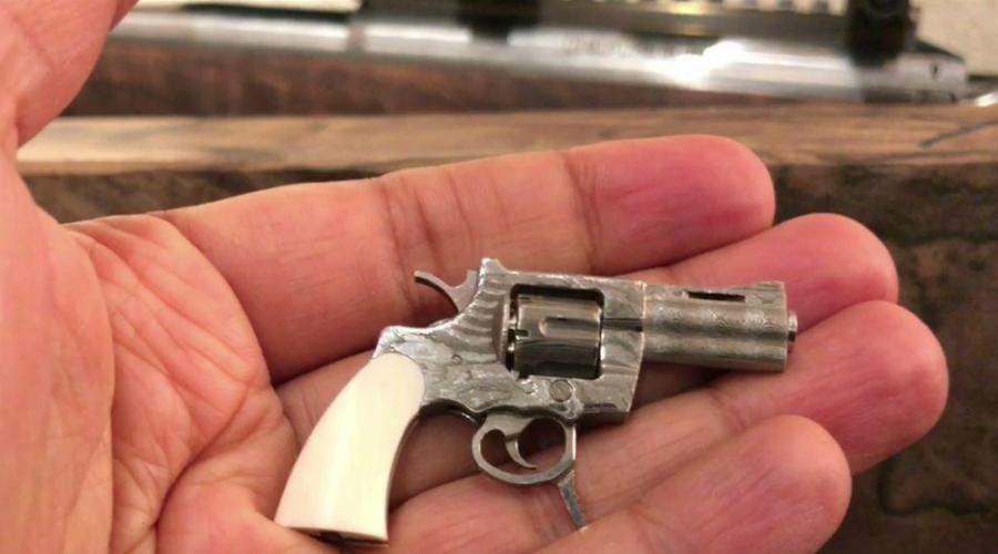 SwissMiniGun Пистолет длиной всего в пять с половиной сантиметров? Нет, это не шутка и да, он действительно стреляет. Калибр пули SwissMiniGun — всего 2,34 миллиметра. Смех смехом, но револьвер представляет собой вполне боевое оружие и стреляет на расстояние до 112 метров.