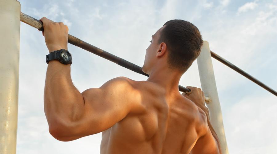 Постоянное напряжение Подтягивание задействует все мышцы тела. Вот только выполнять его надо правильно: напрягите мышцы и не расслабляйтесь на всем протяжении подхода.