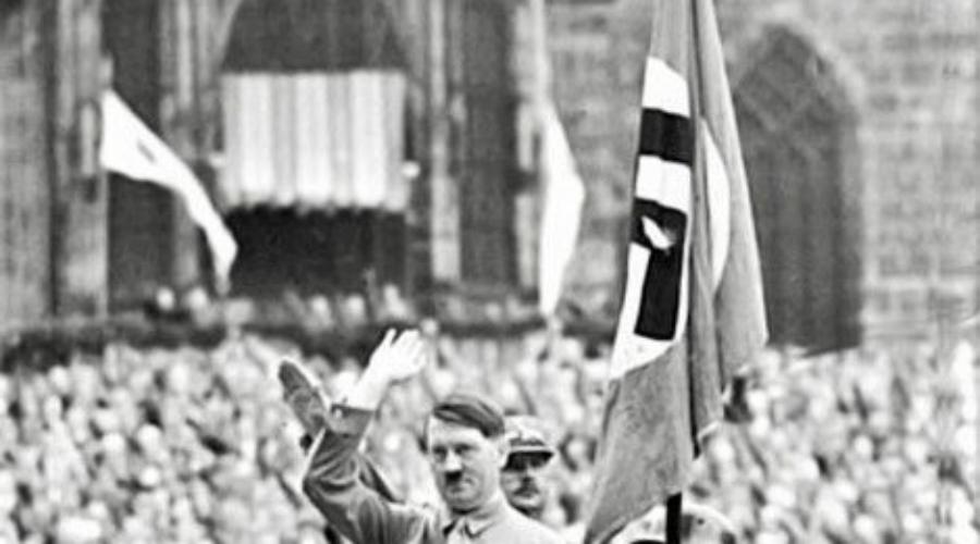 Кровавое знамя Знамя крови, или Кровавое знамя (Blutfahne) — культовый флаг Третьего рейха, который использовали путчисты во время мюнхенского Пивного путча. Его окропил кровью один из штурмовиков и с этого началась легенда. После прихода НСДАП к власти Гитлер лично освящал все прочие знамена именно Blutfahne. Последний раз культовый атрибут нацистов видели на церемонии фольксштурма в 1944 году, затем знамя бесследно пропало.