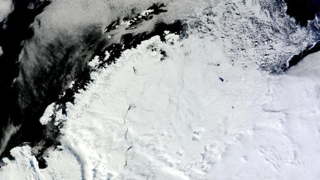 Антарктическая бездна во льду появилась внезапно и ученые не находят объяснений