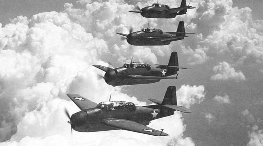 Звено 19 Необъяснимое исчезновение целого звена самолетов «Эвенджер» произошло уже в самом конце войны. 5 декабря 1945 года 5 бомбардировщиков под позывным «Звено 19» поднялись с базы на учебный полет. Руководил звеном опытный летчик, знавший весь маршрут как свои пять пальцев. Тем не менее, после странных сообщений о том, что земля куда-то пропала, самолеты исчезли с радаров и перестали выходить на связь. Все происходило в районе Бермудского треугольника, что только добавило мистики происходящему.