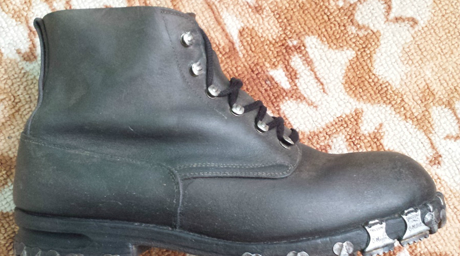Обувать тесные ботинки Тесная зимняя обувь опасна для здоровья. Не гонитесь за модой, выбирайте теплые и сравнительно свободные ботинки. Так вы сможете надеть толстые шерстяные носки и добавить теплые стельки.