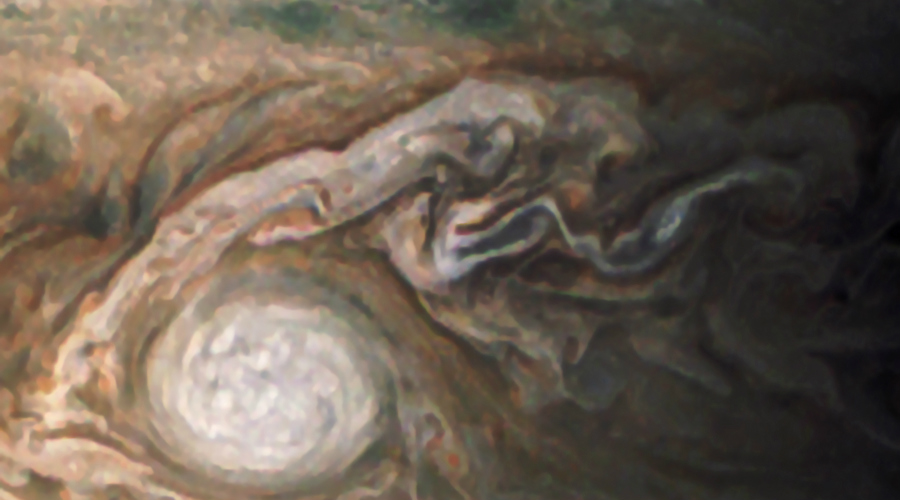 Малое красное пятно Юпитера О Великом красном пятне Юпитера слышали многие, но формирование Малого пятна осталось почти незаметным для публики. Новое образование получило прозвище «Овал Ва»: три огромных урагана слились в один и буря невероятной силы окрасилась в красный цвет.