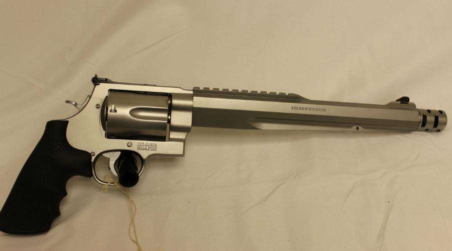 Smith and Wesson Magnum 500 Еще один подарочек для любителей охоты на бегемотов. Специально под этот револьвер компания Smith and Wesson разработала особый патрон 500 SW Magnum. Пятизарядный барабан, дульный тормоз и здоровенный ствол — выглядит реально круто, а с дульной энергией в 4100 Дж охотник может действительно завалить целое стадо неосторожных медведей.
