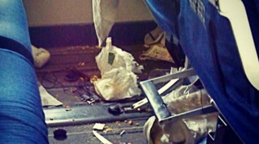 Мусорщик Стюардессы и стюарды несколько раз проходят по салону, собирая весь скопившийся после обеда мусор. Но некоторым, видимо, доставляет странное удовольствие припрятывать все обертки, обрывки бумаги и прочую ерунду прямо в спинку кресла. Очень раздражает!