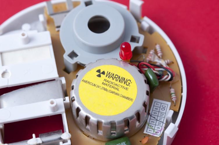 Детекторы дыма Некоторые бытовые детекторы дыма используют небольшое количество радиоактивного изотопа americium-241 — именно он и контролирует наличие в воздухе дыма. Материал надежно изолирован керамикой и фольгой, но самостоятельно разбирать детектор все же не стоит.
