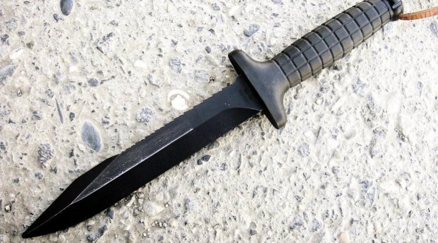 ОЦ-4 Нож имеет довольно массивную конструкцию. Клинок со скосом в передней части и двухрядным серрейтором на обухе. Симметричная рукоять с двухсторонней гардой изготовлена из пластика, имеет крупное рифление для лучшей фиксации ножа в руке.