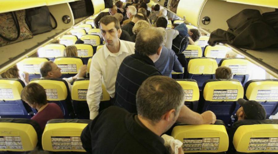 Торопливый Очень раздражающая привычка, к сожалению довольно распространенная именно на внутренних, российских рейсах. Люди становятся в очередь, как только самолет касается земли и напряженно ждут. Зачем? Куда торопиться, если всех потом посадят в один и тот же шаттл до терминала?