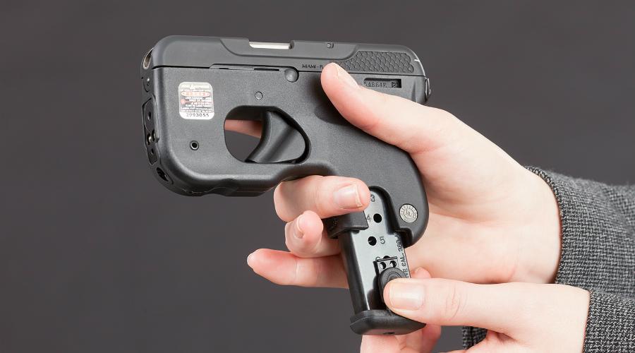 Taurus Curve Инженеры американской оружейной компании Taurus детально проработали форму нового пистолета так, чтобы минимизировать его размер. Корпус Taurus Curve изготовлен из специальных полимеров, а вместо кобуры его вполне можно крепить к ремню на обычную клипсу.