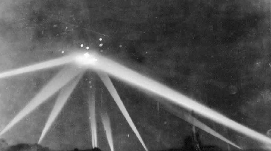 Лос-Анджелес против инопланетян Ночью 25 февраля 1942 года небо над Лос-Анджелесом озарилось странными огнями. Прошло всего несколько месяцев после трагедии в Перл-Харбор и американцы решили, что это очередной налет японцев. Базы Лос-Анджелеса выпустили по странным летающим объектам примерно 2 000 снарядов и не сумели сбить ни один. Бомбардировок города также не было. Никто до сих пор так и не понимает, откуда взялись над городом круглые летающие объекты и куда они потом делись.
