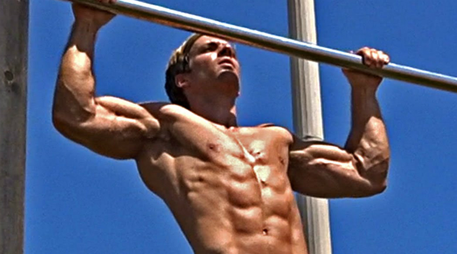 Включаем широчайшие Попробуйте сознательно переключать наиболее задействуемые в упражнении мышцы. Сдвинув лопатки вниз и назад, вы подключите к активной работе широчайшие мышцы спины — это просто необходимо тем, кто хочет сформировать правильную мужскую фигуру.
