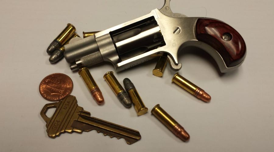 NAA 22LR Mini Revolver Название «мини» в полной мере оправдывает и размер и вес этого необычного револьвера. Маленькая рукоять может быть охвачена всего одним пальцем! Удивительно, но производитель, компания North American Arms, сумела реализовать несколько тысяч этих крошек.
