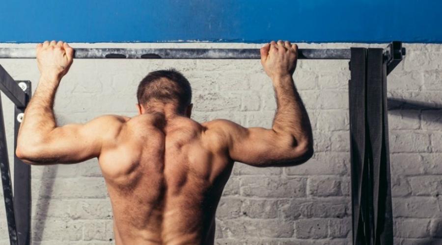 Ровная спина Выгибая спину вы облегчаете себе выполнение упражнения, но зато рискуете получить серьезную травму позвоночника. Держите спину ровной и твердой.
