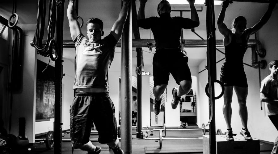 Ягодицы и бедра Важно помнить о стабильном положении нижней части тела. Сведите бедра вместе и сожмите ягодичные мышцы — так ноги не будут болтаться в воздухе и мешать правильному выполнению упражнения.