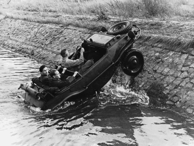 kDF Typ 166 Первый в мире автомобиль-амфибию создали немецкие инженеры в 1942 году. kDF Typ 166 развивал скорость в 80 км/ч, умел передвигаться по воде и в целом обладал очень удачной конструкцией. Правда, брони не было предусмотрено вовсе: на плаву противникам достаточно было сделать пару дырок ниже ватерлинии и амфибия шла ко дну.