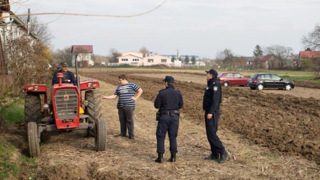Фермер несколько раз просил оставить его в покое, а потом распахал поле вокруг торговцев