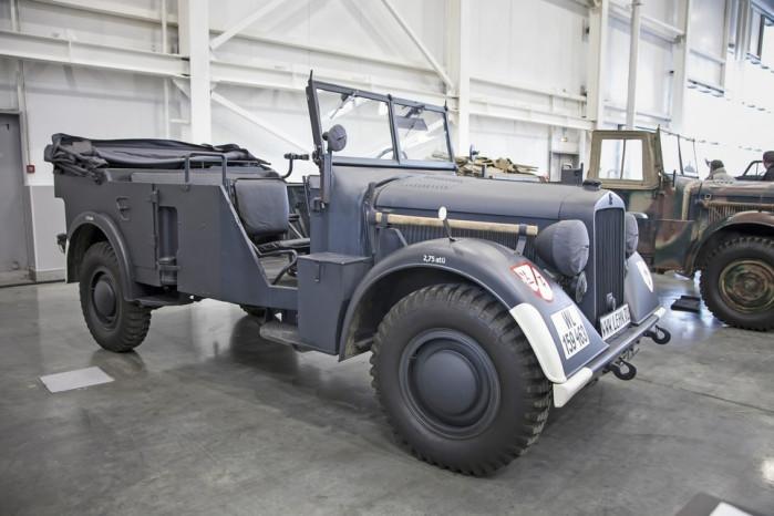 Horch 901 Type 40 Военная модификация Horch 930 отличалась от гражданского собрата не только более брутальным видом, но и тем, что крутящий момент передавался на все 4 колеса. Таким образом модный офицерский автомобиль превращался в очень мощный внедорожник. Кстати, именно эту модель (трофейный автомобиль) маршал Жуков предпочитал любым другим машинам.