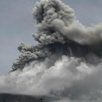 Катастрофа в прямом эфире: очевидцы сняли на видео момент начала извержения вулкана в Индонезии