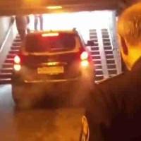 В Санкт-Петербурге водитель джипа устроил заезд по подземному переходу