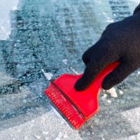 Как очистить машину от снега так, чтобы она не пострадала